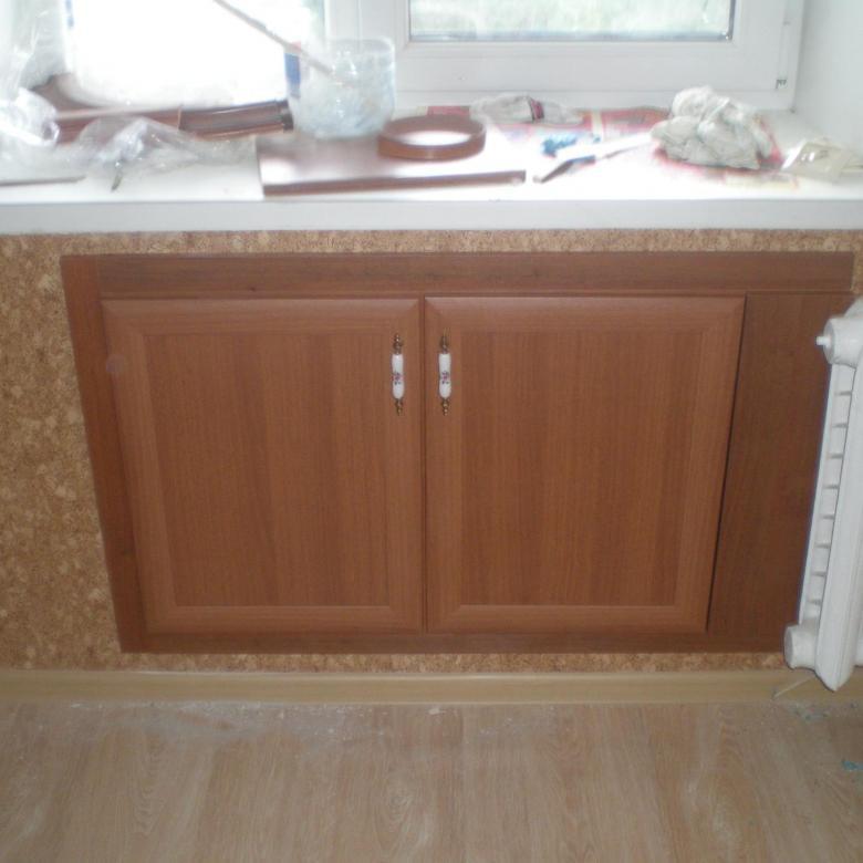 шкафчик под окном на кухне фото пожалуй